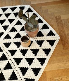 With the high quality Bettaknit wool and cotton yarns, you can make the garments of your dreams. Try the knit, crochet, embroidery and weaving kits. Diy Crochet Rug, Tapestry Crochet Patterns, Crochet Home, Crochet Motif, Crochet Decoration, Knitting Kits, Handmade Pillows, Crochet Accessories, Artisanal