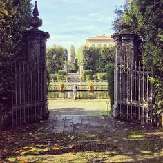 Autumn in one of the most beautiful gardens of Italy - must see! Most Beautiful Gardens, The Visitors, Brooklyn Bridge, Tuscany, Perspective, Villa, Colours, Seasons, Autumn