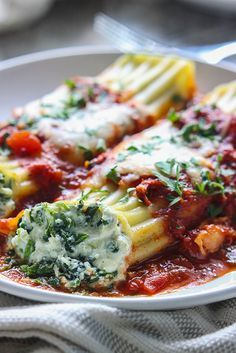 Spinach and Three Cheese Manicotti This spinach and three cheese manicotti is perfect for Italian food loving vegetarians. The perfect comfort food this fall. - Spinach and Three Cheese Manicotti - Perfect for Italian food loving vegetarians. Veggie Recipes, Vegetarian Recipes, Dinner Recipes, Cooking Recipes, Healthy Recipes, Italian Food Recipes, Italian Foods, Traditional Italian Recipes, Simple Food Recipes