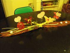 """Participation Larissa La'beautifull #Adulte    Ma maman n'aimant pas les tableaux qu'elle appelle """"Ramasse Poussieres"""", et moi n'aimant pas les fleurs car elles se fanent bien trop rapidement. J'ai décidé de lui confectionner un """"Centre de table"""" et donc un autre genre de Ramasse poussieres [=)] où elle pourra s'éclairer grace aux bougies et aussi laisser photos/textes/petits mots matinaux .... [=)] Une invention de table à la perfection"""