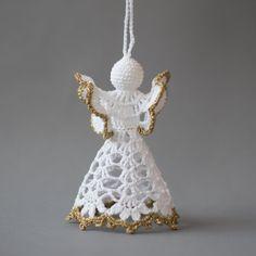 Serie di 3 diversi incantevoli alluncinetto angeli bianchi doro bordati. Gli angeli sono 4,3 pollici (11 cm.) e circa 2,8 pollici (7 cm.) di diametro. Mano alluncinetto con filo di cotone di alta qualità in senza fumo e petfree ambiente con grande attenzione ai dettagli. Gli