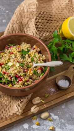 Graupensalat mit Granatapfel This filling salad is the perfect lunch: pearl barley salad with pomegranate Salad Recipes, Diet Recipes, Vegan Recipes, Snacks Recipes, Pearl Barley Salad, Bulgur Salad, Couscous Salat, Grenade, Relleno