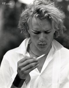 Heath Ledger photographed by Bruce Weber for Vanity Fair, August 2000 Bruce Weber, Beautiful Boys, Beautiful People, Smoking Celebrities, Sharon Tate, Christopher Nolan, Foto Art, Bette Davis, Denise Richards
