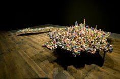 """Obra de Liu Jianhua, """"Unreal Scene"""", con la que el artista ha recreado la ciudad de Shangai con fichas de póquer y dados. Esta recreación pretende ser la metáfora de los riesgos, el juego, las oportunidades, etc. de una ciudad en continuo crecimiento y desarrollo económico. Shangai es una de las ciudades más emblemáticas de China y, según el autor, es """"la sociedad del capital y ha desempeñado un papel extremadamente complejo en la historia del país, ya desde los años 30""""."""