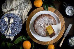 Este bizcocho fácil de naranjas sin gluten resulta perfecto para desayunos y meriendas en cualquier momento del año y es súper fácil de preparar. En