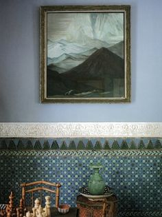 .Love this painted border on wall. In harmony with painting.