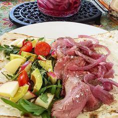 Middagstips: wraps med salat, eple, tomat, avokado, roastbeef og syltet rødløk.  #roastbeef #wrap #salat #syltetrødløk #middagstips #restemat #leftovers Tzatziki, Avocado, Tuna, Steak, Fish, Baking, Wraps, God, Spinach