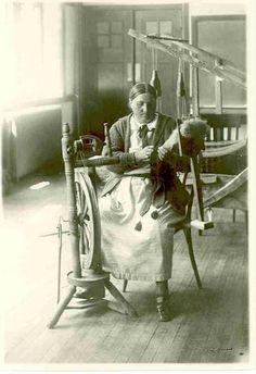 Doukhobor Russian woman spinning yarn or thread. Comb-style wooden flax distaff attached to spinning board. Spinning Yarn, Spinning Wheels, Hand Spinning, Working People, Working Woman, Working Girls, University Of Saskatchewan, Saskatchewan Canada, Sheep Face