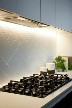+ Ideas for Stylish Subway Tile Kitchen Backsplash Designs hob with a black surface, inbuilt in a white counter top, with a white herringbone backsplash, pale grey kitchen cabinets Backsplash For White Cabinets, Kitchen Backsplash, Kitchen Countertops, Diy Kitchen, Kitchen Cabinets, Backsplash Ideas, Backsplash Design, Summer Kitchen, Kitchen Grey