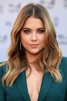 PLL starlet - Ashley Benson showed us you can wear tousled waves, whatever the season!