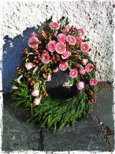 Funeral wreath Funeral Flower Arrangements, Funeral Flowers, Xmas Theme, Memorial Flowers, Funeral Memorial, Sympathy Flowers, Topiary, Ikebana, Flower Designs
