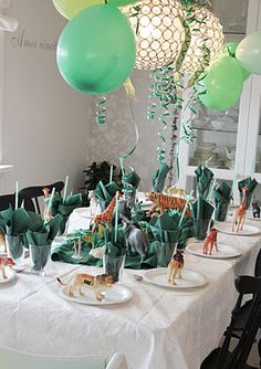 Jungleparty-theme using colored balloons, streamers and toy animals.