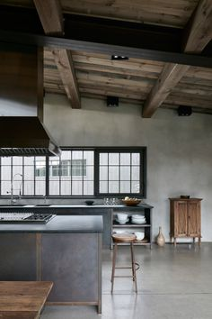 A truly organically-inspired design, the House by Alain Carle Architecte in Quebec draws on the natural landscape and rural tradition to inspire. Home Design, Design Jobs, Küchen Design, Interior Design Kitchen, Interior And Exterior, Kitchen Decor, Global Design, Kitchen Ideas, Loft Kitchen