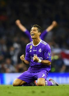 Cristiano Ronaldo of Real Madrid celerbrates victory after the UEFA Champions League Final between Juventus and Real Madrid at National Stadium of Wales on June 2017 in Cardiff, Wales. Ronaldo Real Madrid, Cristiano Ronaldo 7, Soccer Guys, Good Soccer Players, Fifa Football, Football Memes, Cr7 Messi, Neymar, Lionel Messi