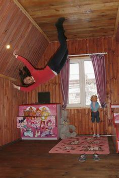 Visitante faz pose em quarto infantil da casa de cabeça para baixo (Foto: Reuters/Ilya Naymushin)