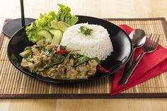A Zöld curryt ceruzababbal, cukorborsóval és édes bazsalikommal készítjük.
