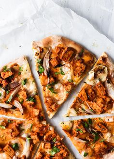 Make this easy vegan buffalo pizza with 'chicken' pieces vegan mozzarella and fresh coriander. Packed with flavour and texture. Kale Recipes, Chicken Recipes, Healthy Recipes, Vegetarian Recipes, Pizza Recipes, Sweet Recipes, Dairy Free Pizza, Vegan Pizza, Pizza Pizza