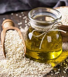 Other than being used as a flavor enhancing cooking oil, sesame oil has many beauty benefits too. Have you ever considered sesame oil for hair? Sesame Seed Oil Benefits, Natural Hair Care, Natural Hair Styles, Natural Oil, Freezer Smoothies, Cooking Pork Chops, Les Rides, Hair Growth Tips, Sesame Oil