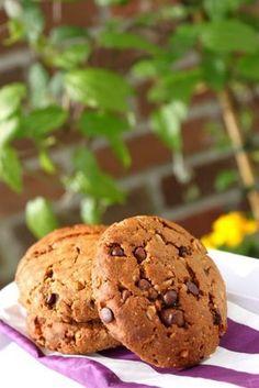 Cookies végétaliens aux pépites de chocolat sans oeufs et sans beurre 75g de sucre de coco (ou de cassonade)  3 CS bombées de purée de noisettes (ou 100g)  100g de farine  1 cc de bicarbonate de soude  50g de poudre d'amandes  75ml de lait végétal (lait de riz au chocolat pour moi)  100g de pépites (pour moi ici : 25g de graines de kasha grillé et 75g de pépites et chunks au chocolat)