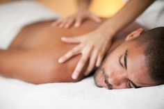 If you are worried about going nude when getting a massage, there are workarounds. Additionally, there are many treatments that can be done fully clothed. Lymph Massage, Face Massage, Spa Massage, Massage Therapy, Massage Funny, Massage Images, Massage Pictures, Massage Pressure Points, Things To Do When Bored