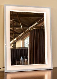 Fácil de fazer, o espelho com iluminação em LED facilita a aplicação da maquiagem Dani, Dressing Table, Curtains, Mirror, Furniture, Design, Home Decor, Crafts, Couple Room