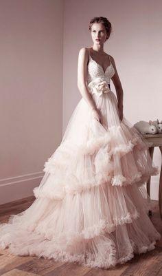 Lihi Hod粉色荷葉邊蓬蓬裙婚紗,簡直是時尚夢幻嫁衣的代表!  婚紗晚裝: Lihi Hod  探索更多婚禮靈感: www.loveproject.hk/weddinginspirations