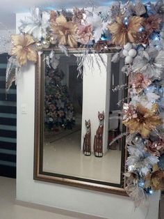 You can incorporate unconventional flowers and color palettes when making Christmas decorations Christmas Swags, Christmas Frames, Christmas Mantels, Christmas Door, Rustic Christmas, Christmas Ornaments, Christmas 2019, Christmas Feeling, Rustic Doors