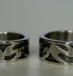 """platina ringen waarvan de buitenste ring is uitgezaagd met een """"Art Nouveau-motief"""" en de binnenring is gerhodineerd."""