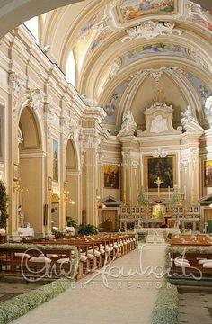 Eleganza ed essenzialità del candore per l'arrivo della sposa in chiesa