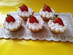 Linecke košíčky , netradičné korpusy, fotopostupy | Tortyodmamy.sk Food And Drink, Desserts, Basket, Tailgate Desserts, Deserts, Postres, Dessert, Plated Desserts