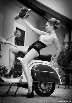 Фото Обнаженная девушка фотографирует себя сидя на мотоцикле