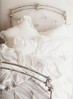 Oh, how I LOVE all white on a bed like this!  But it will never happen as long as I have dogs.