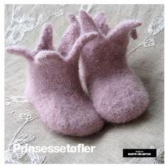 Ravelry: Prinsessetøfler - felted princess slippers pattern by Marte Helgetun by oomaioo Baby Booties Knitting Pattern, Knit Baby Booties, Elf Slippers, Knitted Slippers, Knitting For Kids, Baby Knitting, Baby Barn, Felt Shoes, Baby Shoes