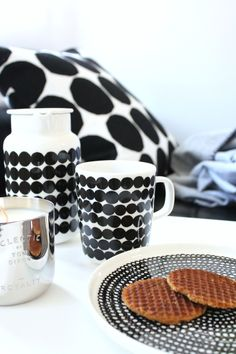 Marimekko ceramics, classic monochrome palette and gorgeous high gloss glazing on their pitcher, mug and plate Scandinavian Interior, Scandinavian Style, Cutlery Storage, China Art, Art Lessons Elementary, Slow Living, Home And Deco, Marimekko, Modern Table