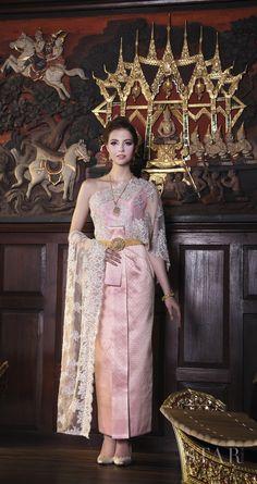 ไทยจักรพรรดิ-ไทยจักรพรรดิประยุกต์ Thai Traditional Dress, Traditional Fashion, Traditional Outfits, Thai Fashion, Chinese Fashion, Thai Brides, Thai Wedding Dress, Thai Dress, Thai Style