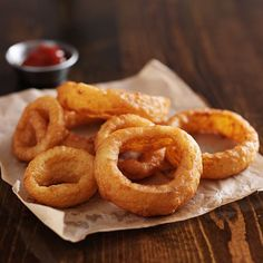 Making crispy beer battered onion rings at home is both simple and fun.With just a few simple ingredients which you probably already have on hand, you can make a whole batch of these delicious beer battered onion rings for any occasion. The recipe is actually quite simple. Once you combine all the dry ingredients, pour...Read More Deep Fry Batter, Fish Fry Batter, Shrimp Batter, Tempura Batter, Batter Mix, Beer Batter Recipe, Batter Recipe For Fried Fish, Deep Frying Batter Recipe, Gluten Free Batter Recipe
