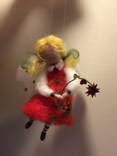 Kleine engel in rode jurk kan worden mooi sieraad op uw kerstboom of in een kinderkamer of een origineel cadeau voor Kerstmis...  Hoogte is 14 cm.