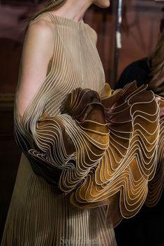 Iris van Herpen F / Couture - Hinter den Kulissen - Mode für Frauen Iris Van Herpen, Haute Couture Gowns, Haute Couture Fashion, Couture Dresses, Couture Details, Fashion Details, Backstage Mode, Alexander Mcqueen, Fall Fashion Trends