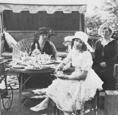 Did one of these women, Charlotte Shelby (left) or Mary Miles Minter (centre) kill William Desmond Taylor?