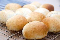 Brusebadsboller – opskrift på hurtige morgenbrød Hamburger, Recipies, Food And Drink, Cooking Recipes, Bread, Baking, Inspirational, Foods, Potato Chips