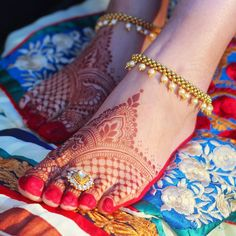Foot Mehndi Design Easy and Simple 2019 Collection get from this site. You can easily apply this beautiful Feet mehndi design on your foot. Leg Mehndi, Legs Mehndi Design, Foot Henna, Mehndi Design Images, Henna Mehndi, Mehendi, Mehndi Decor, Arabic Mehndi, Henna Art