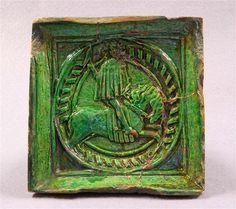 Reliefierte Ofenkachel Oberrheinisch, 2. Hälfte 15. Jahrhundert Kunstgewerbemuseum Material and Technique Irdenware, hellroter Scherben; gemodeltes Relief; grüne transparente Bleiglasur Measurement 15,3 x 15,7 x 4,6 cm