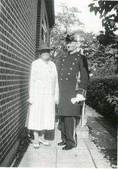 Søren Berthelsen i gallauniform med sin kone Ellen. Ca. 1950.
