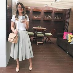 Saia midi. Sapatilha nude. Cropped. Modest Dresses, Modest Outfits, Stylish Outfits, Cute Outfits, Lady Like, Look Fashion, Casual Looks, Cool Style, Clothes For Women