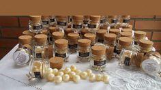 Sabonte artesanal no formato de pérolas, no pote de vidro com tampa de rolha. Cada pote vem com 5 mini pérolas, embalado no celofane transparente.