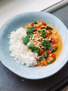 Peanut curry with sweet potato and chickpeas Tapas Recipes, Baby Food Recipes, Cooking Recipes, Easy Healthy Recipes, Vegetarian Recipes, Food Goals, Soul Food, Food Hacks, Food Inspiration