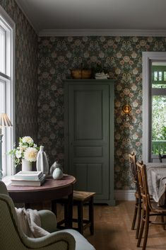 Coloured in a rich and vibrant palette, our Dahlia Garden wallpaper is the perfect pick for elegant interiors. Browse for wallpaper inspiration – order samples with a click! Flowery Wallpaper, Pattern Wallpaper, Old Cottage, Cottage Style, Classic Wallpaper, Interior Decorating, Interior Design, Interior Exterior, Rustic Style