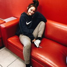 Secrets Of Sneaker Shopping – Sneakers UK Store Lazy Outfits, Winter Outfits, Colored Jeans Outfits, Hot Girls Kissing, Cute Instagram Pictures, Cute Girls Hairstyles, Selfie Poses, Cute Couple Pictures, Tumblr Girls