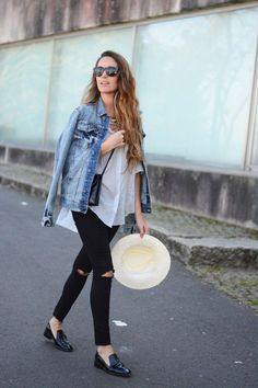 Oversized jean jacket, white linen tee and ripped black jeans + leopard hat Denim Fashion, Look Fashion, Autumn Fashion, Fashion Outfits, Street Fashion, Jeans Denim, Ripped Jeans, Ripped Knees, Womens Fashion Online
