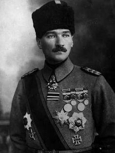 Mustafá Kemal Ataturk El determinante papel del ejército en la historia de la Turquía moderna El ejército considera su deber defender el legado de Ataturk.